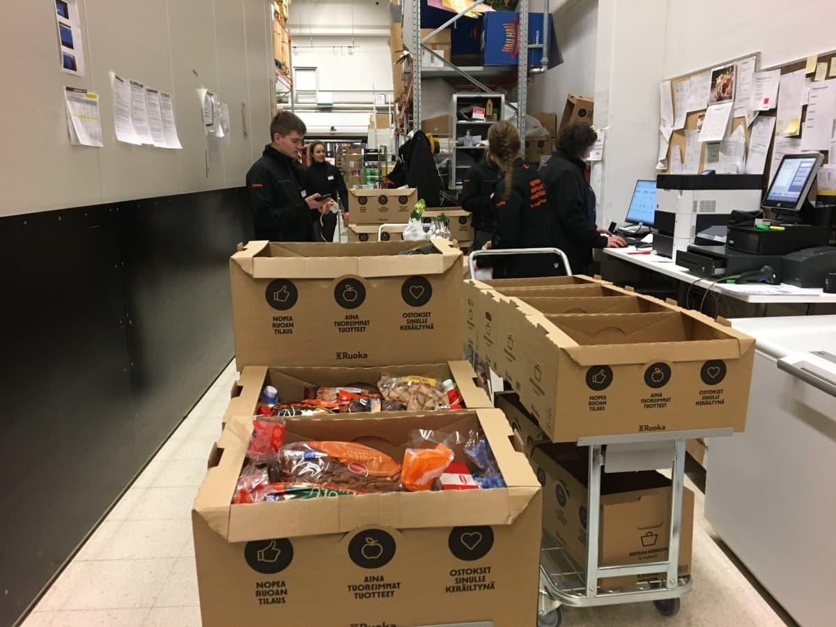 Verkkokaupasta ostettuja jouluruokia valmiina lähetettäväksi ostajalle.