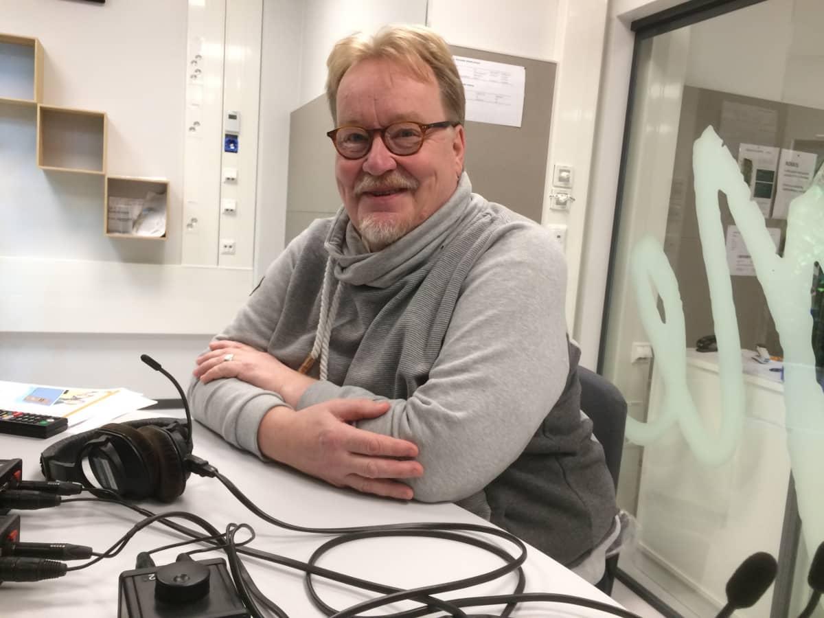 Oikean Aseman pitkäaikainen toimittaja Jussi Tuovinen