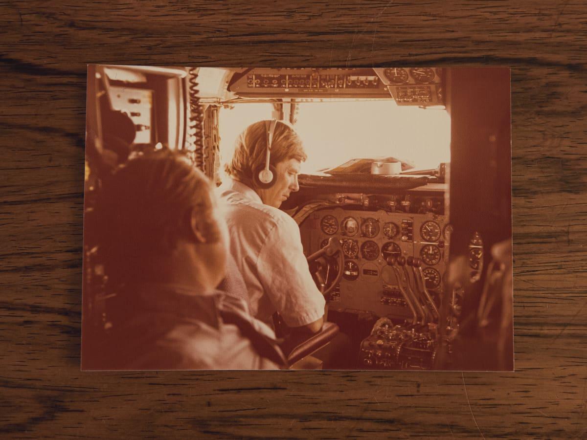 Mies lentokoneen ohjaimissa