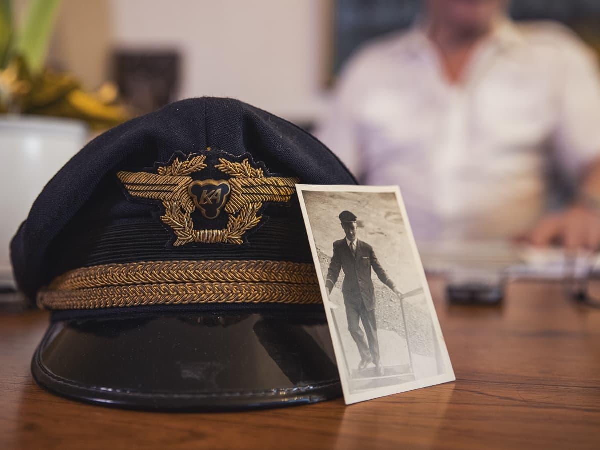 Kapteenin lakki ja vanha valokuva