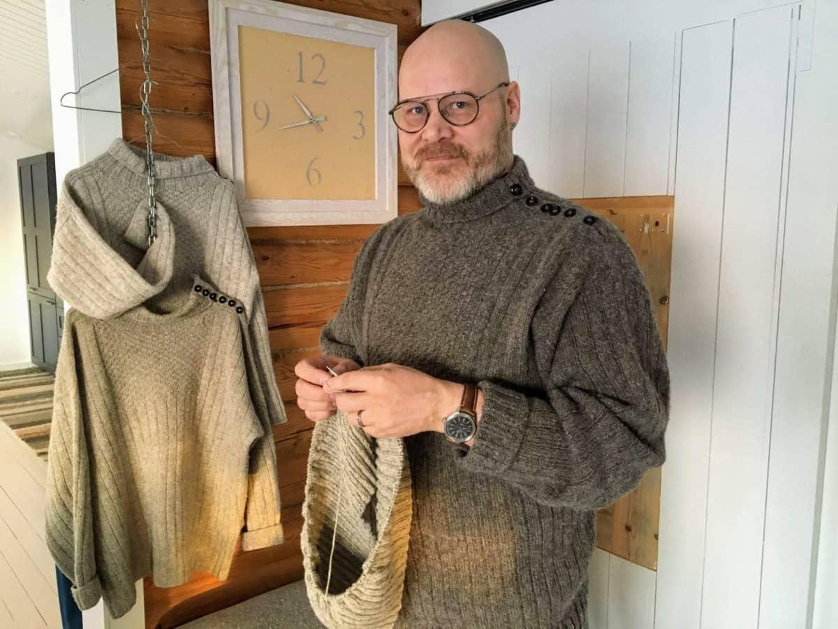 Hailuodon kunnanjohtaja Aki Heiskanen kutoo hailuotolaista tikkyröijy-villapuseroa.