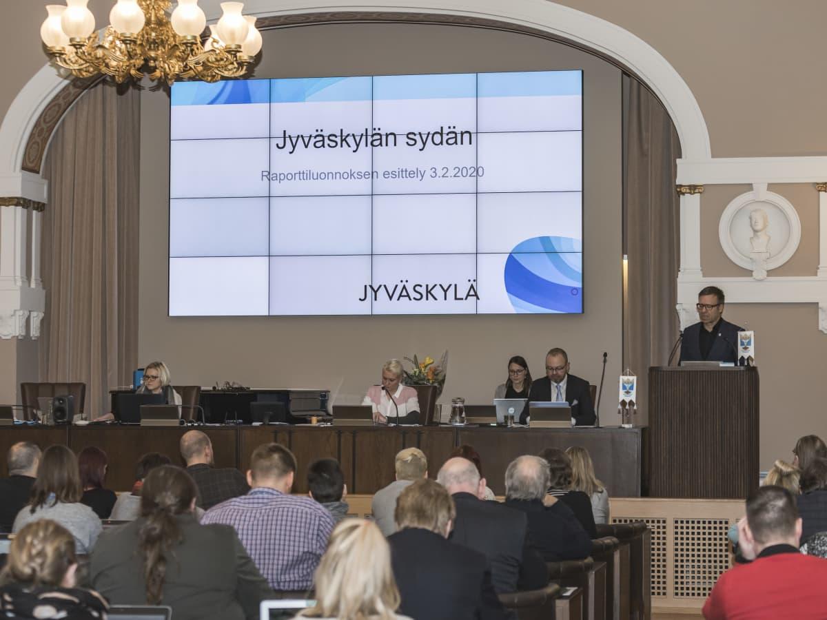 Janne Viitamies Jyväskylän kaupungintalolla esittelemässä Jyväskylän Sydän -hanketta.