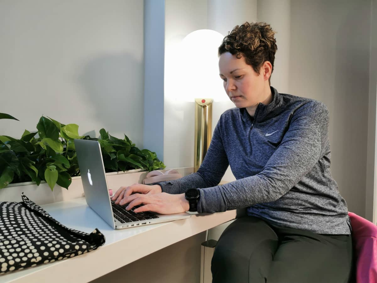 Paula Fiskaali näppäilee kannettavaa tietokonetta