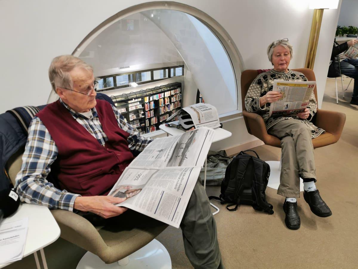 Pauli ja Marja Rautama lukevat lehtiä Metson lehtilukusalissa