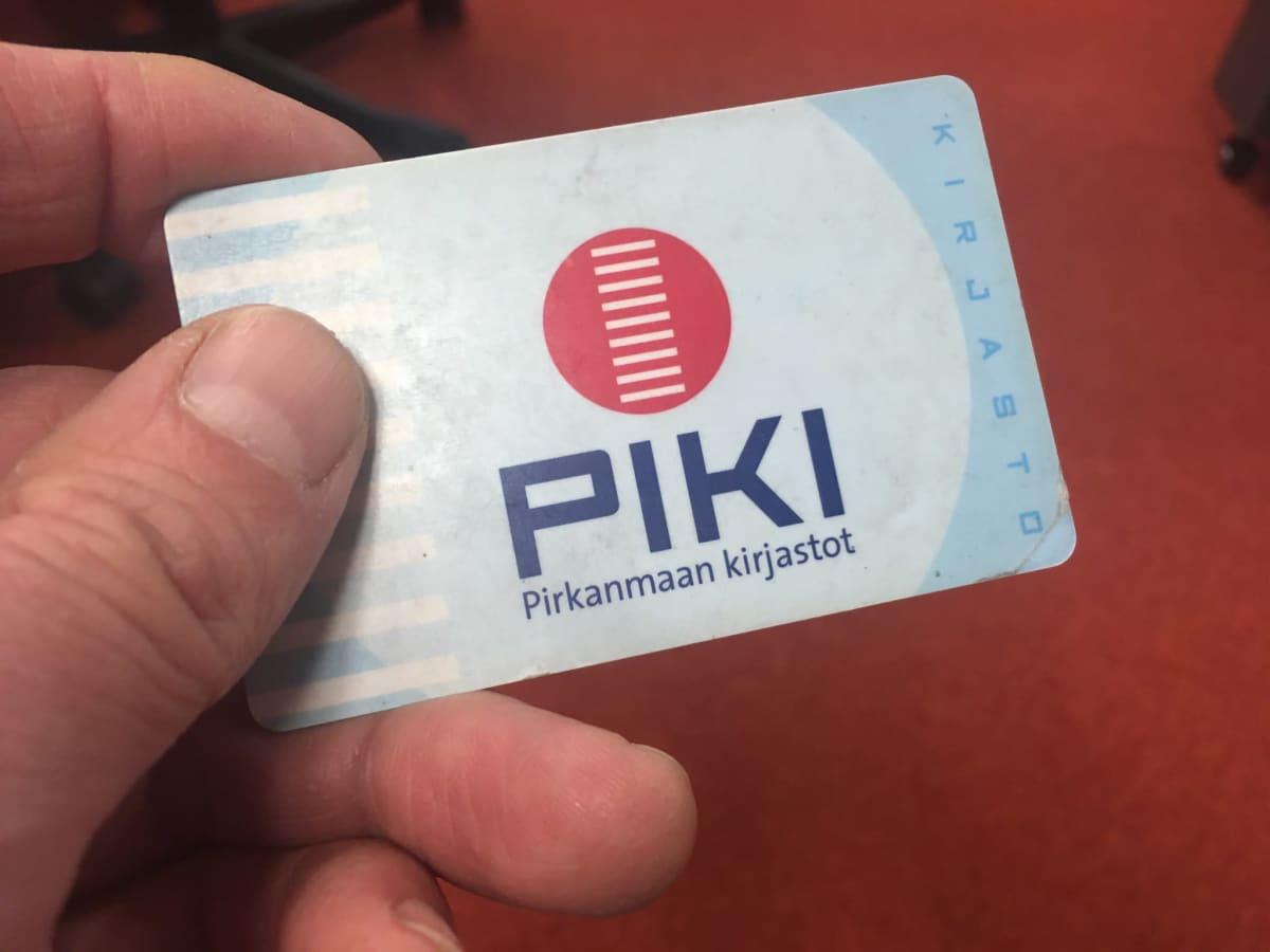 Pirkanmaan kirjastojen Piki-kirjastokortti käyttäjän kädessä