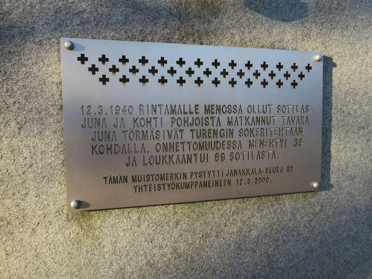 Muistolaatta Turengin asemalla