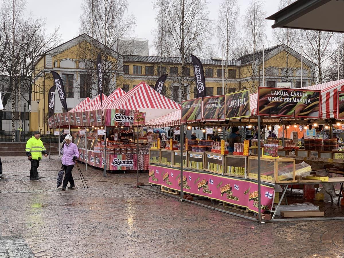 Maalismarkkinat Mikkelin torilla. Myynnissä on esimerkiksi metrilakua.