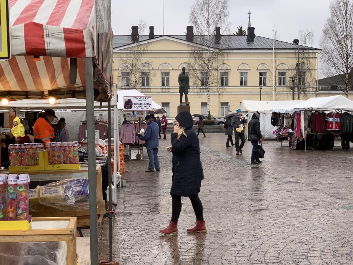 Maalismarkkinat Mikkelin torilla. Paikalla on paljon erilaisia torikauppiaita.