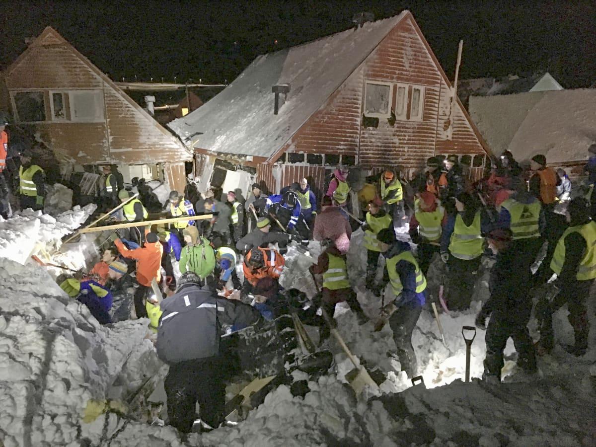 Pelastushenkilöstö raivaa vuoden 2015 lumivyöryn tuhoja
