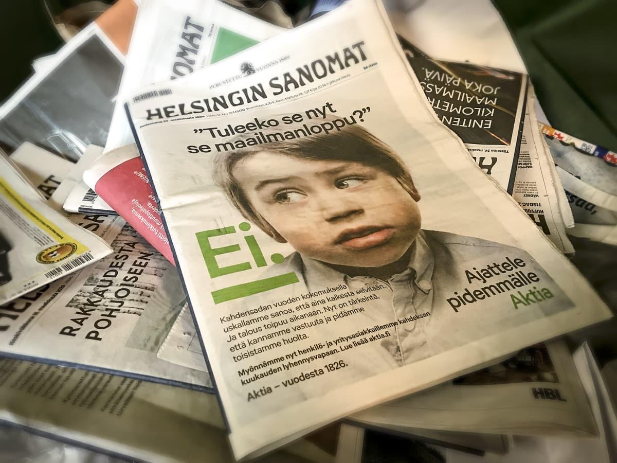 Aktia pankin mainos Helsingin Sanomien kannessa, lehti lehtilaatikossa päälilmmäisenä.
