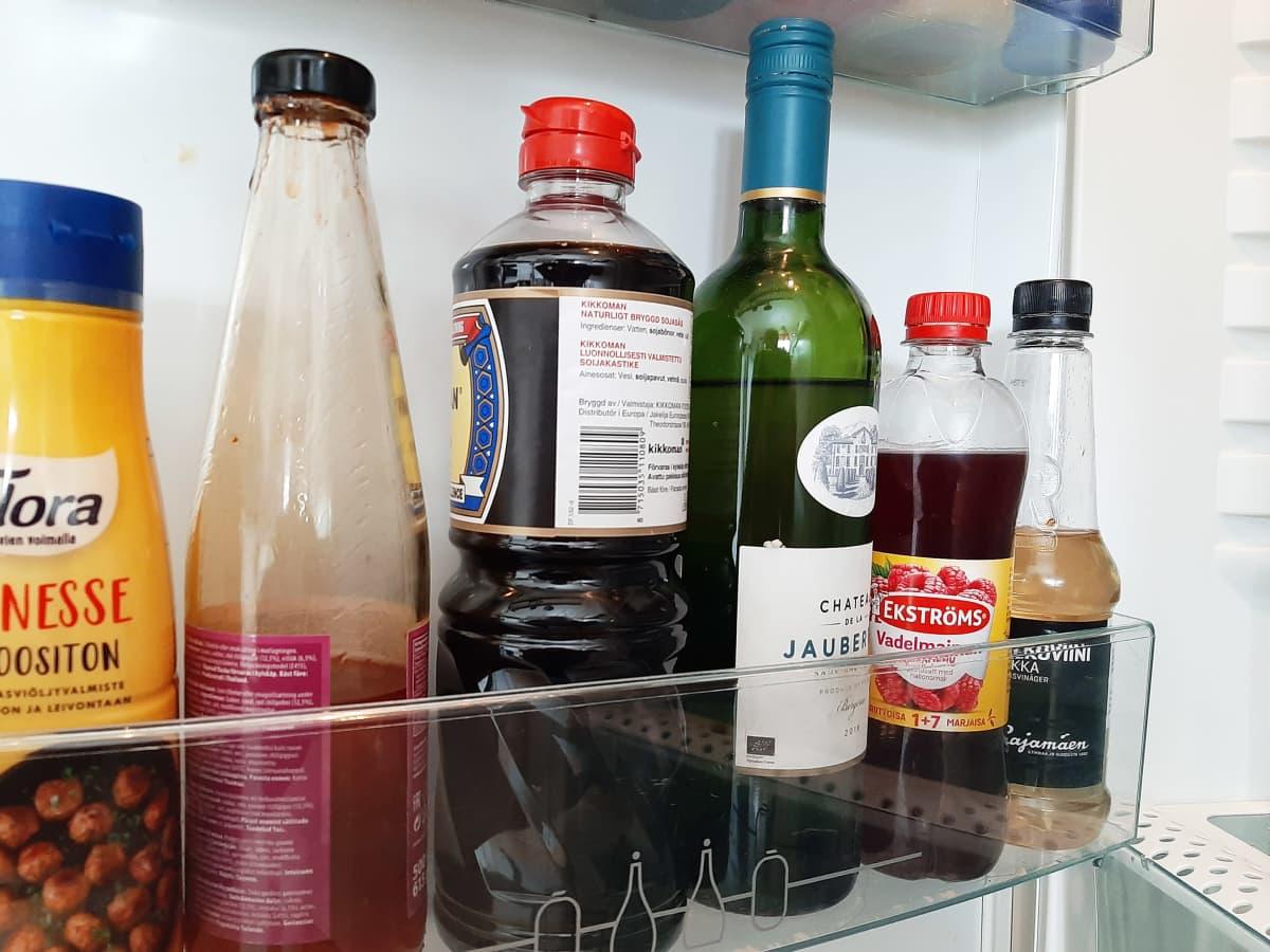 Pulloja jääkaapissa.