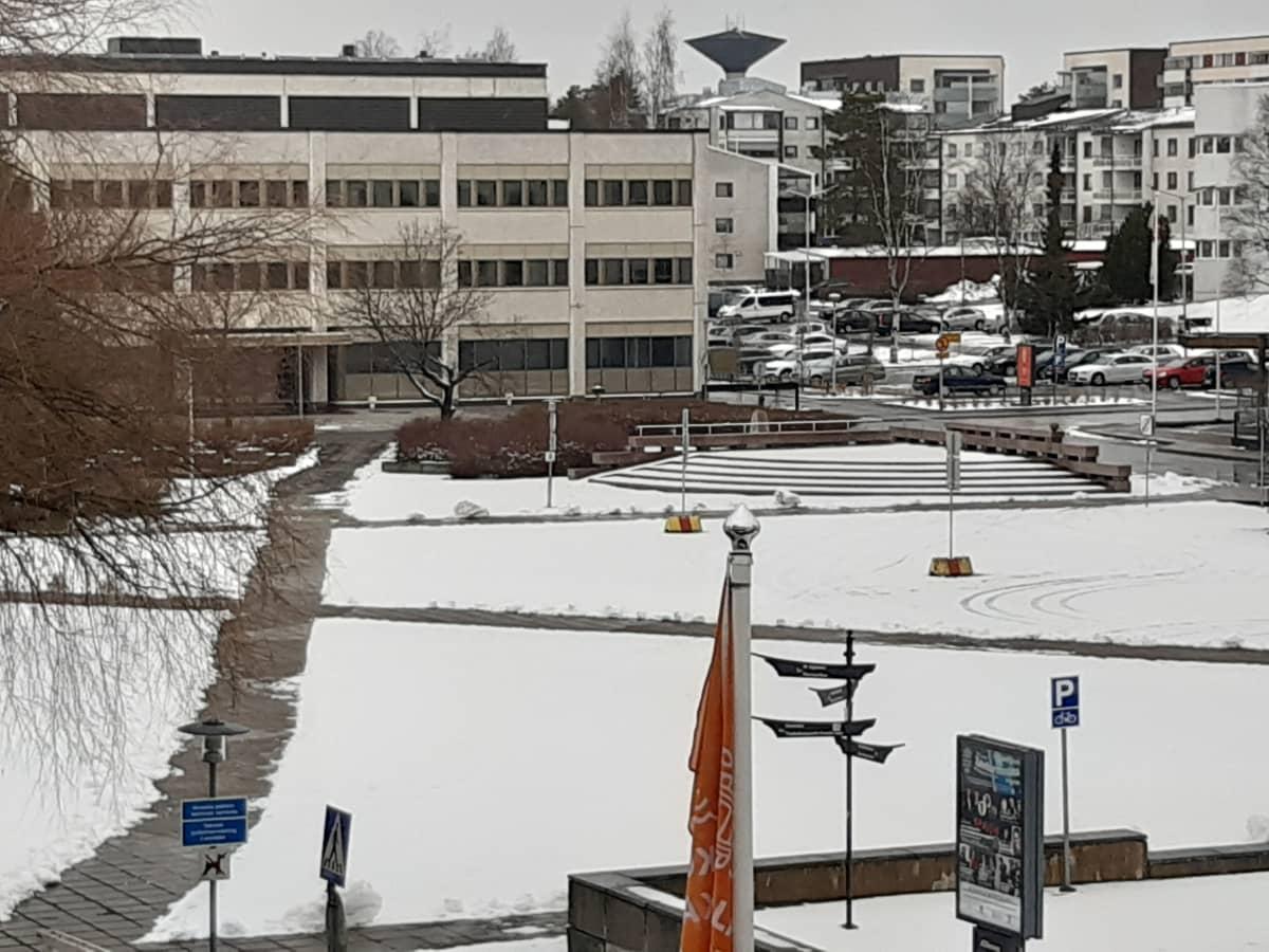 Kokkolan kaupungintalo, lunta torilla.