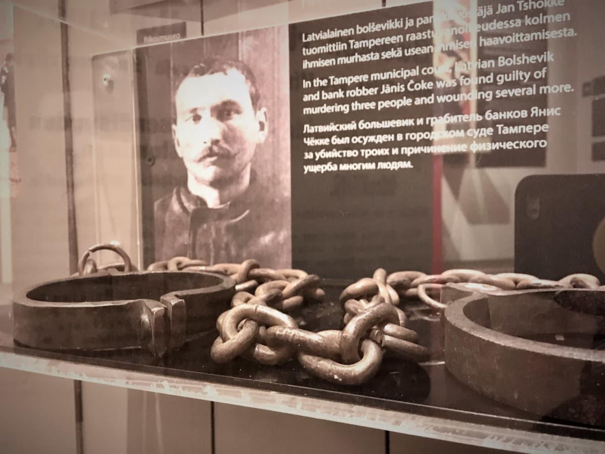 Kahleet Lenin-museon vitriinissä