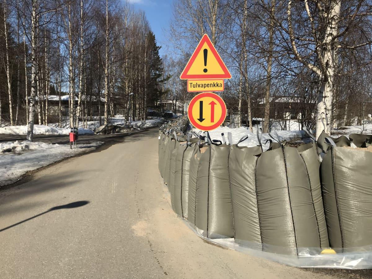 Hiekkasäkkejä tulvapenkkana Rovaniemen Saarenkylässä Halvarinrannassa.