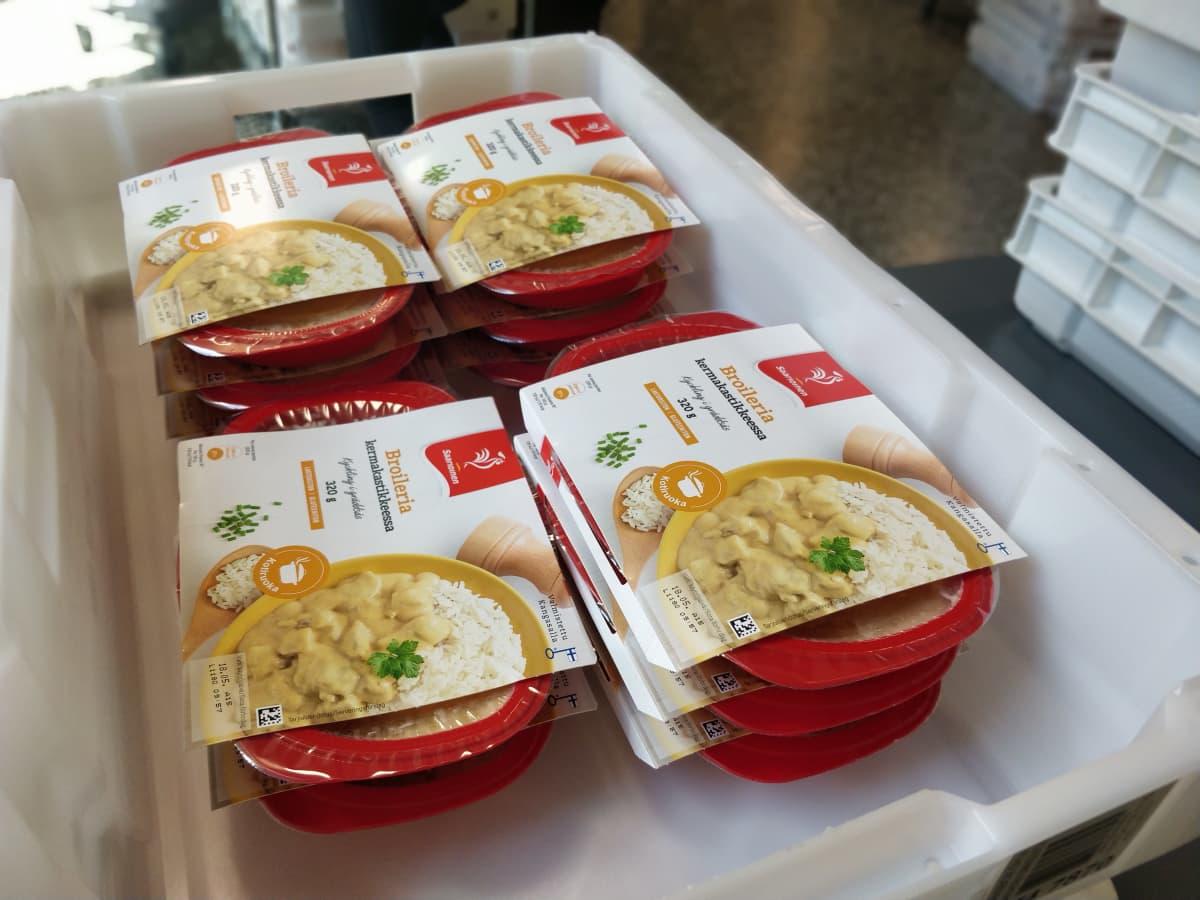 Kuvassa on kouluruokajakelun einesruokaa.