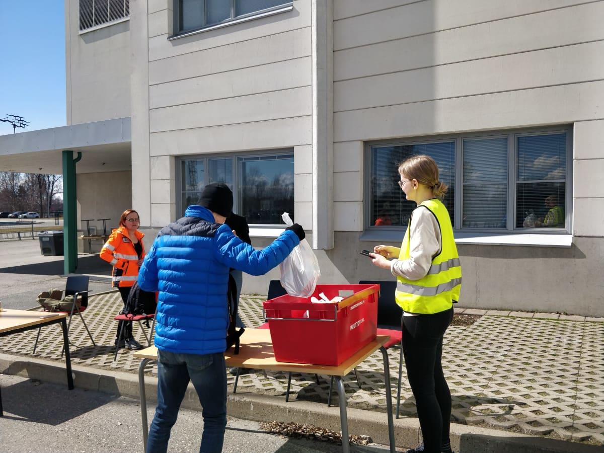 Kuvassa on kouluruokajakelu Joensuun Karsikon koululla.