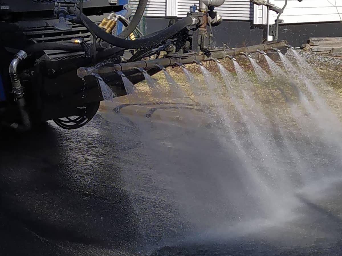 Katua pestään tankkiautosta tulevalla suihkulla
