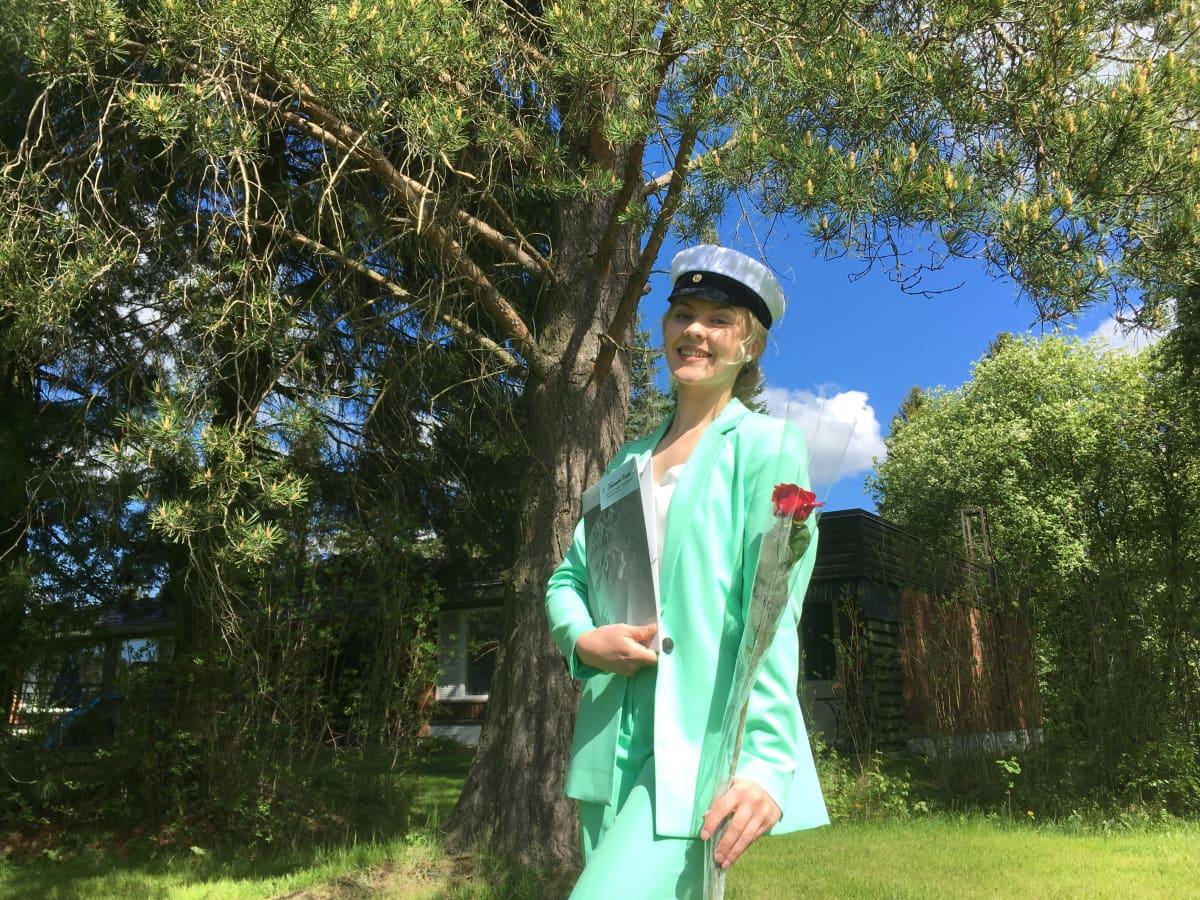 Emilia Hautamäki on juuri lakitettu ja kukitettu drive in-lakitukseessa.