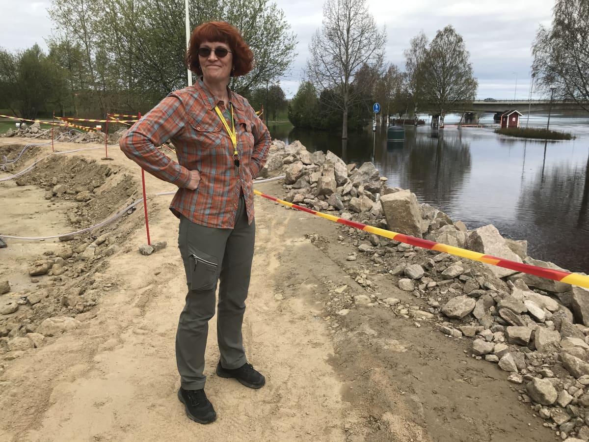 Tarja Suopajärvi Lainaanrannan tulvavallin luona