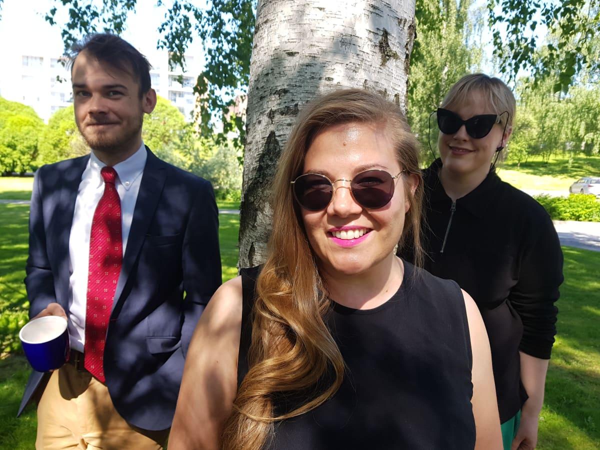 Kaverin puolesta kyselen -podcastin Tiia Rantanen sekä Takaisin Pasilaan -podcastin Toivo Haimi ja Marjukka Mattila (takana).
