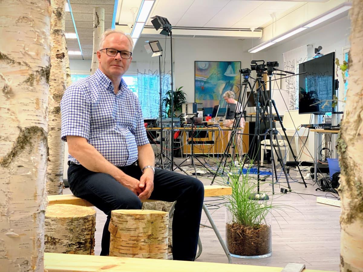 Suomen Rauhanyhdistysten keskusyhdistyksen pääsihteeri Juha Kaarivaara studiossa, josta lähetetään Suviseurat kesällä 2020.