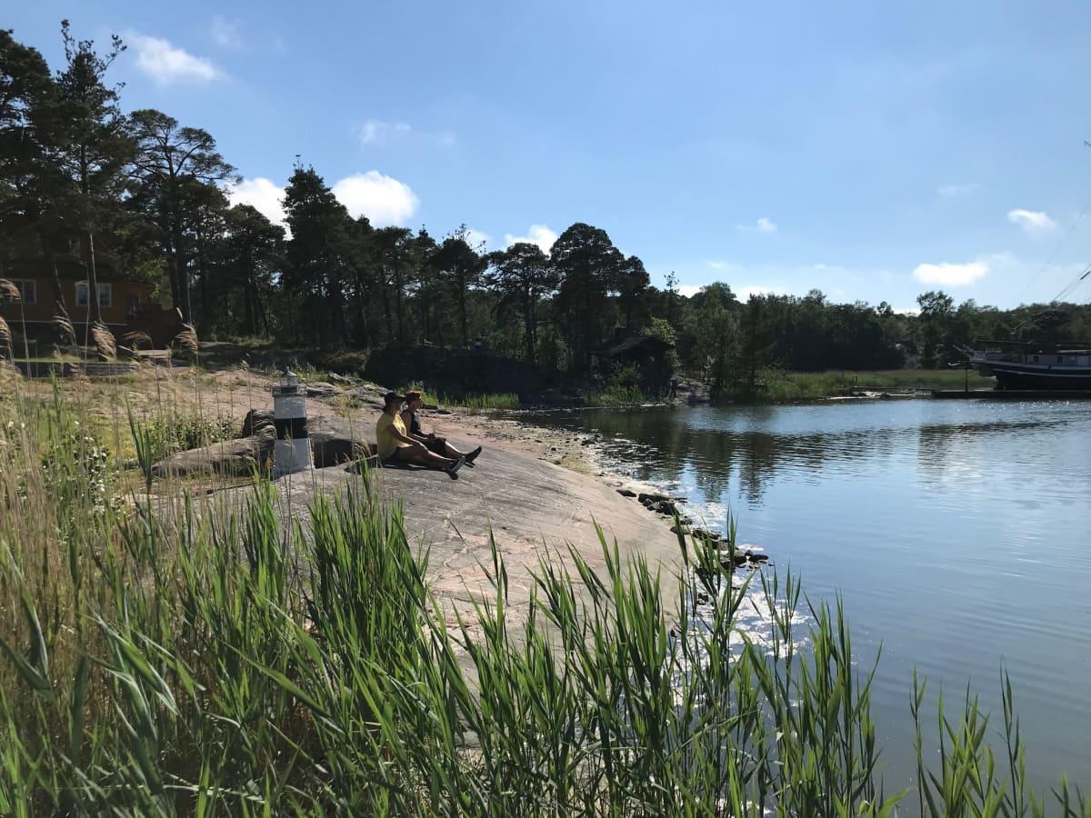 Poroholman leirintäalueella nautitaan juhnnaustunnelmasta veden äärellä.