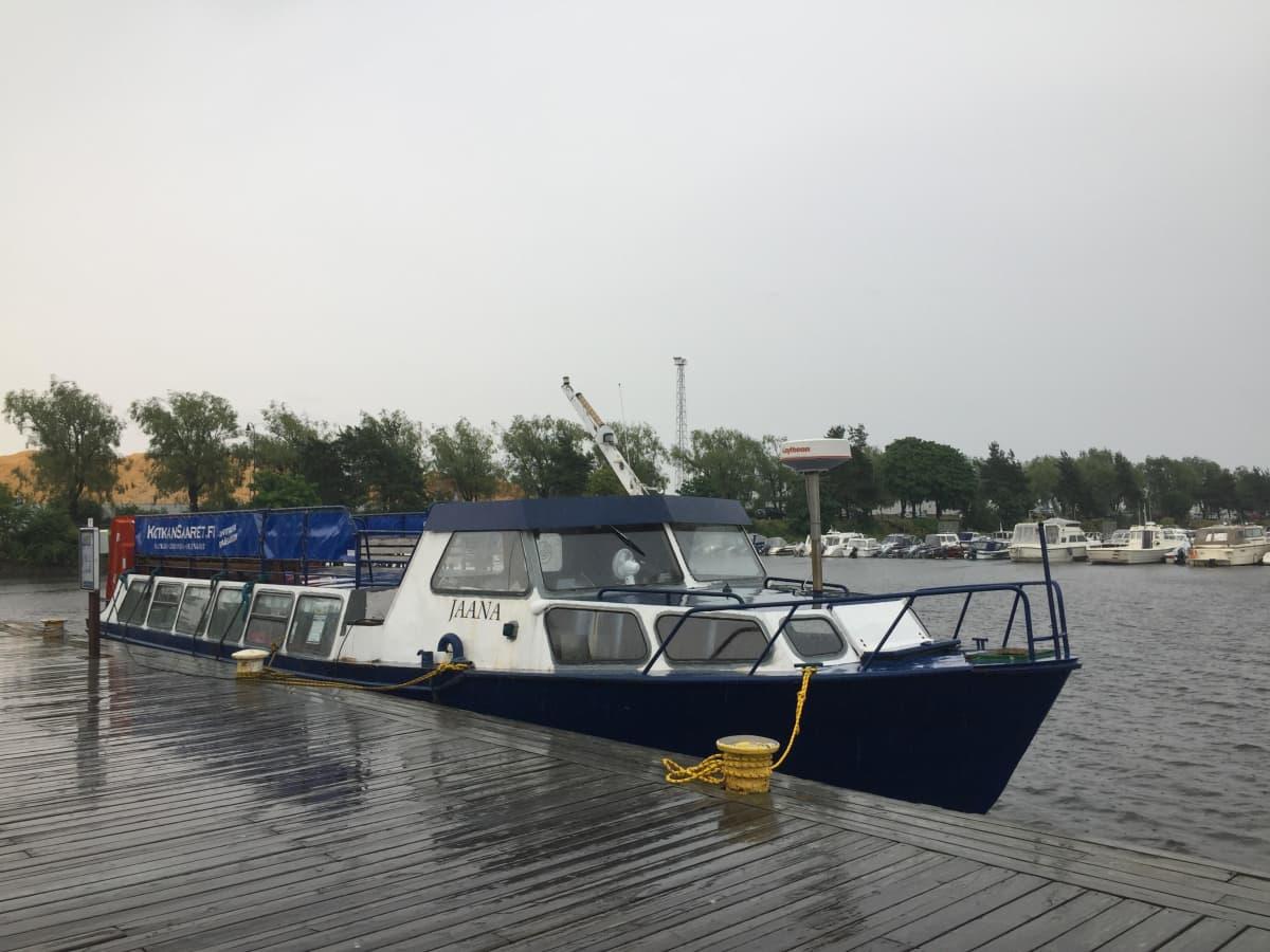 m/s jaana -alus laiturissa kotkan sapokassa sateisella säällä