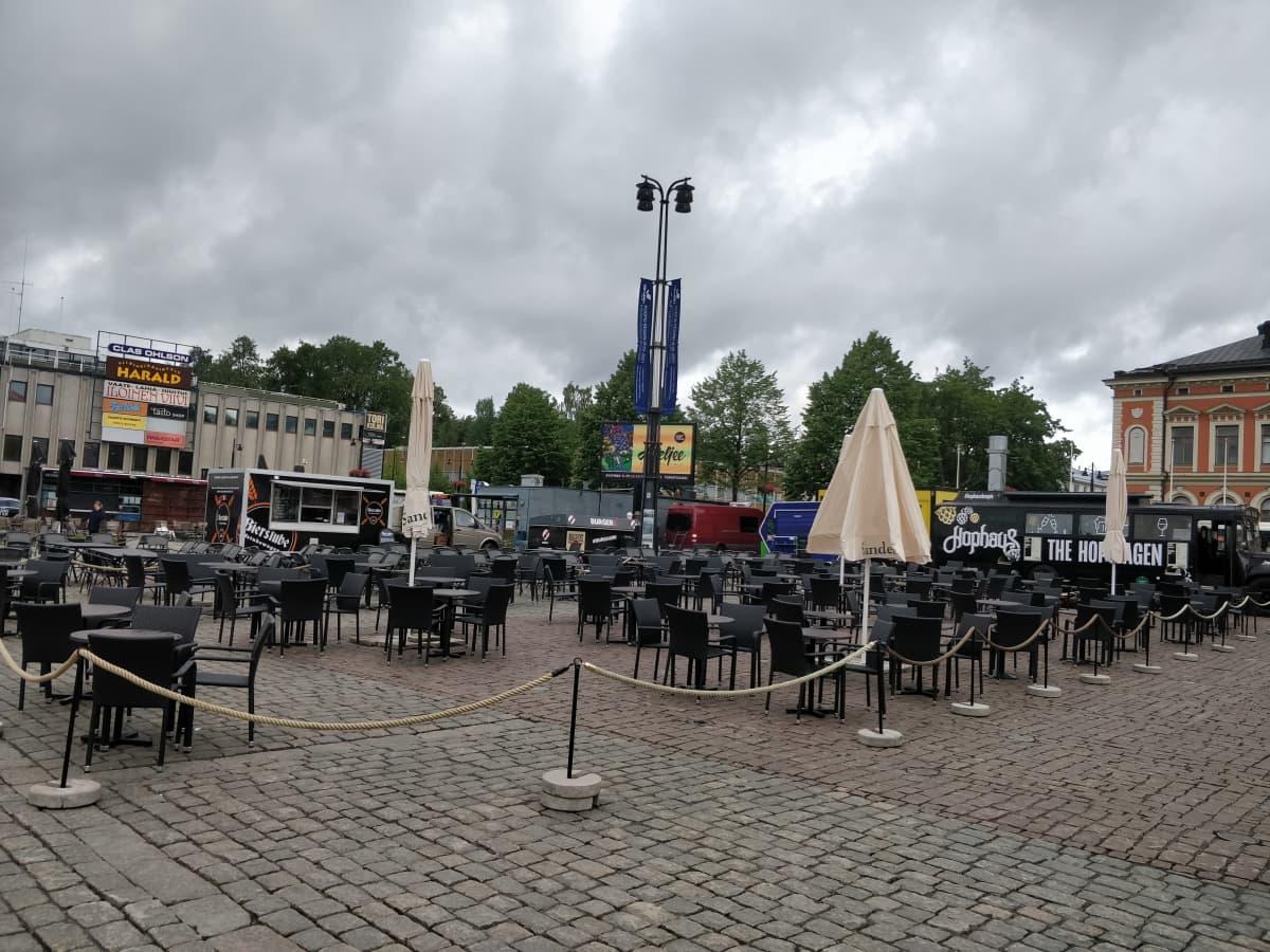Tyhjiä terasseja Kuopion torilla.