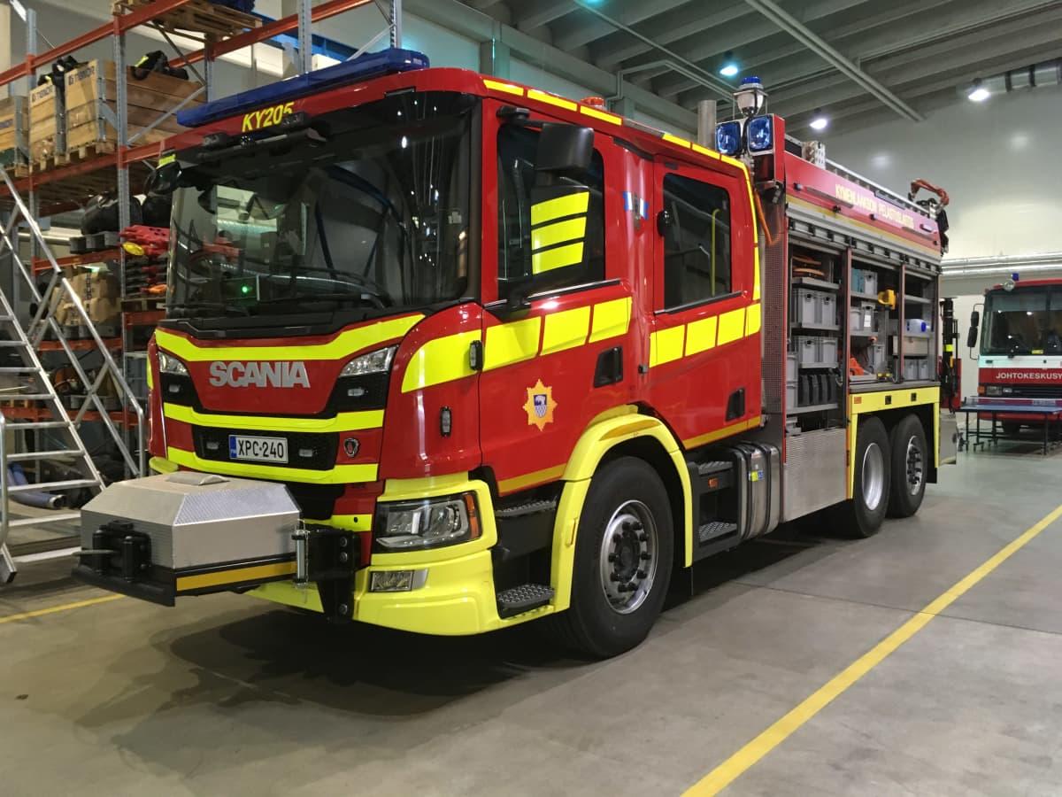 Uusi Kymenlaakson pelastuslaitoksen puna-keltainen paloauto.