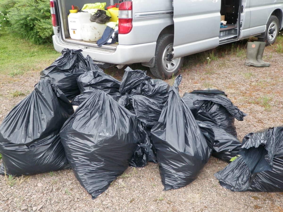 jätesäkkejä täynnä jättipalsamia