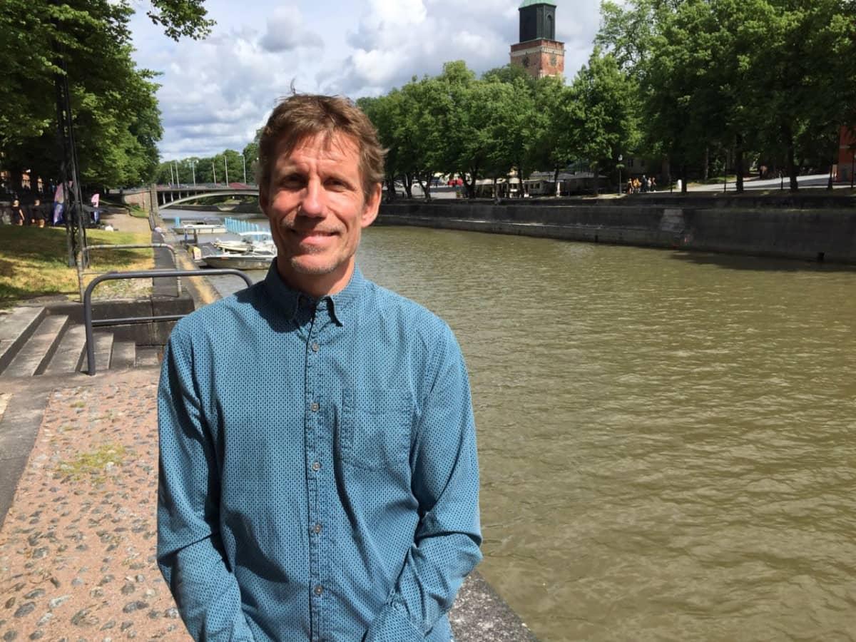 Maantieteen professori Jukka Käyhkö Turun Aurajokirannassa.