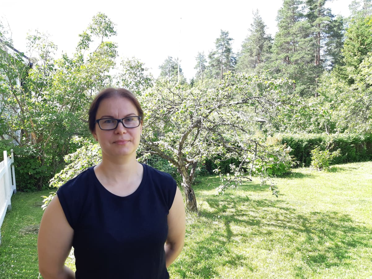 Mirkka Nousiainen kotipihallaan