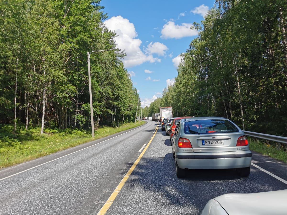 onnettomuus ruuhkauttaa liikennetä parkanossa