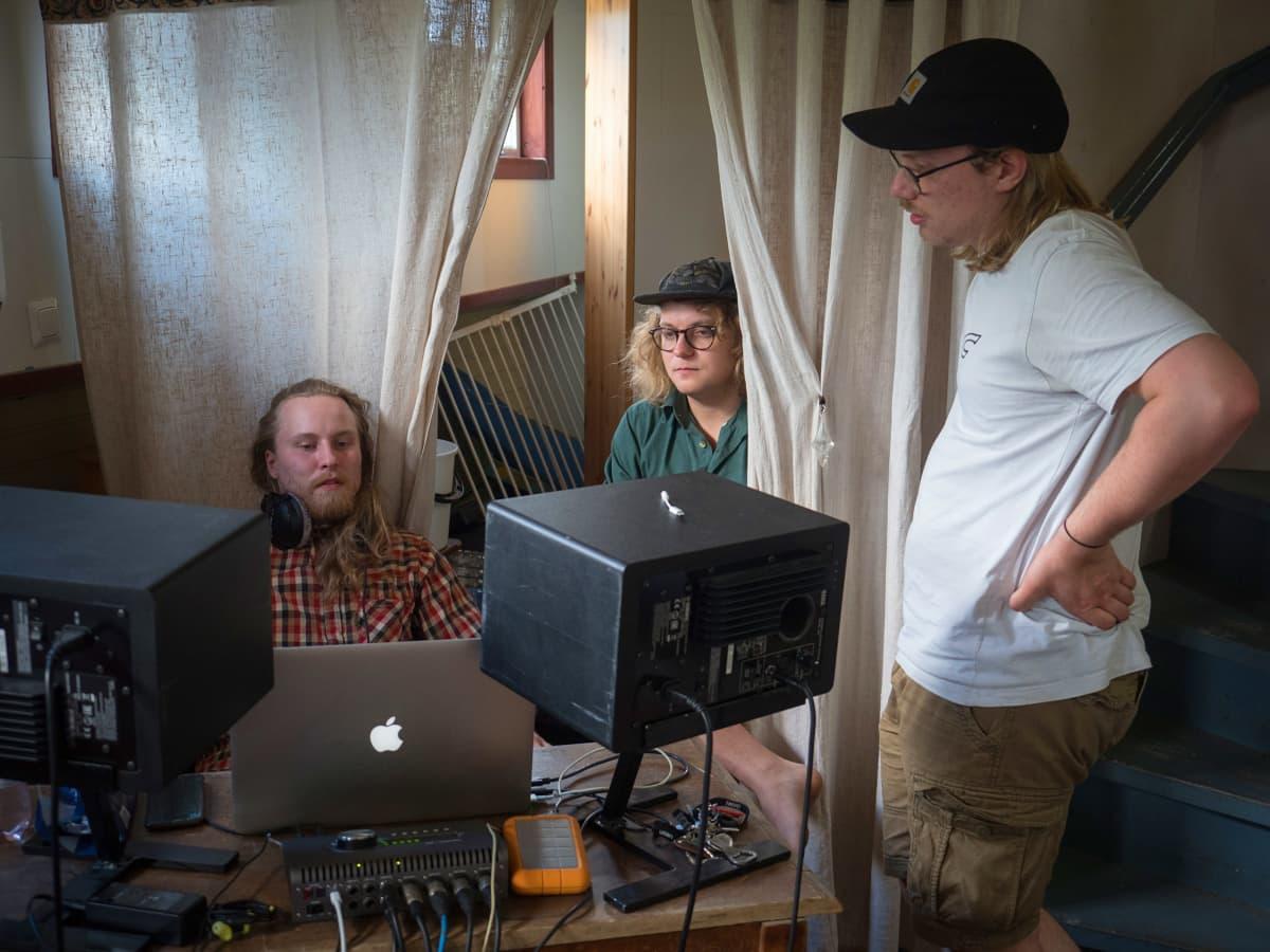 Miehiä musiikkistudiossa.