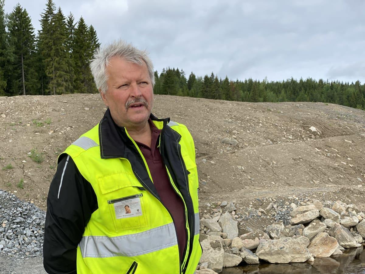 Petri Pucilowski seisoo ison maakasan edessä.