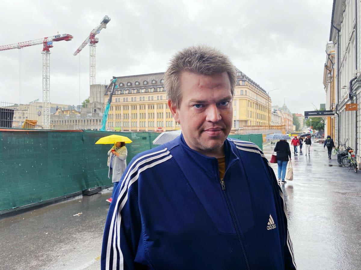 Turkulainen Jani Hakonen kuvattuna kauppatorin laidalla gallupia varten.