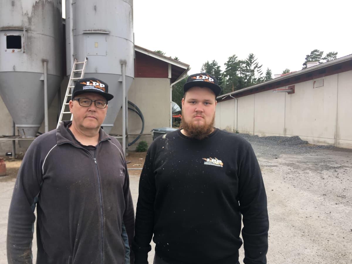 Matti ja Lauri Kivimäki. Taustalla näkyvät rakennukset pitää desinfioida tarkasti