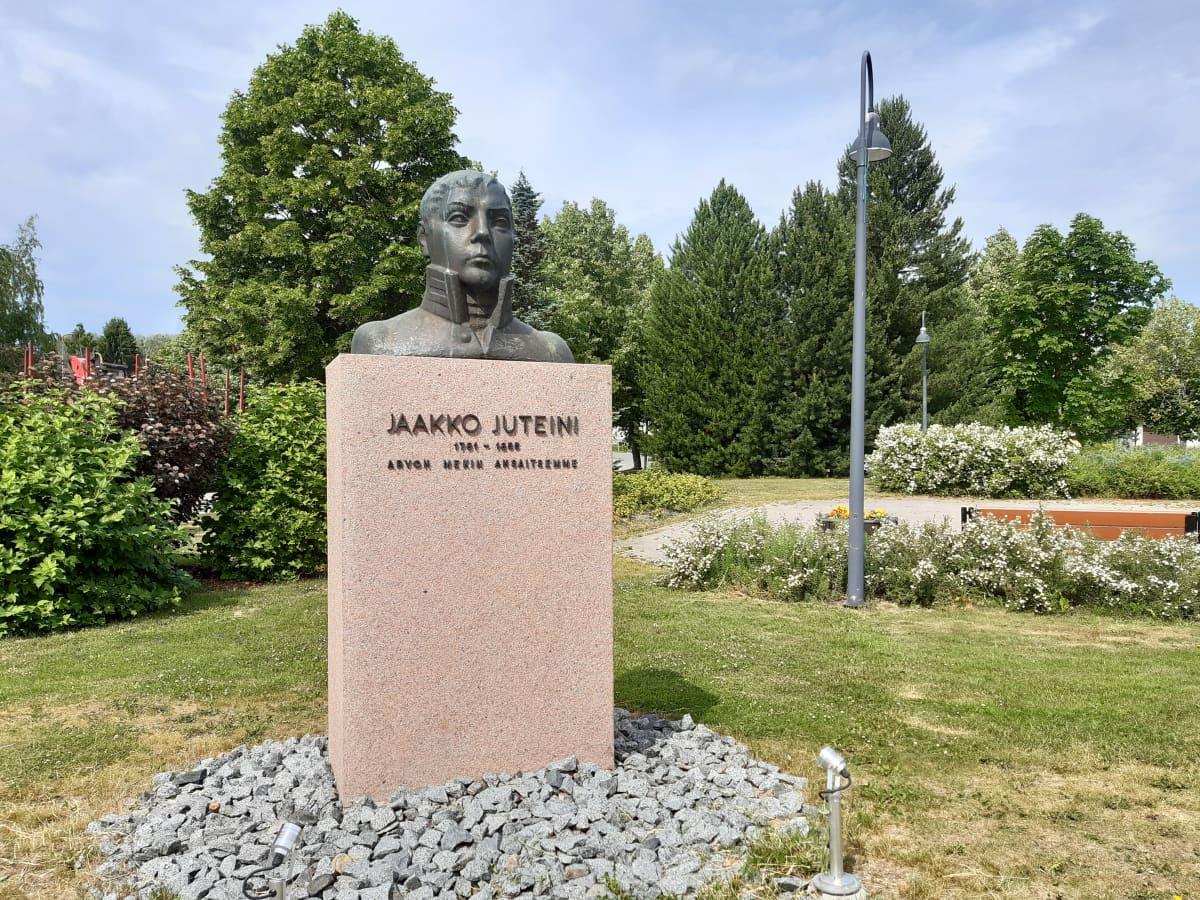 Jaakko Juteinin patsas puistossa.