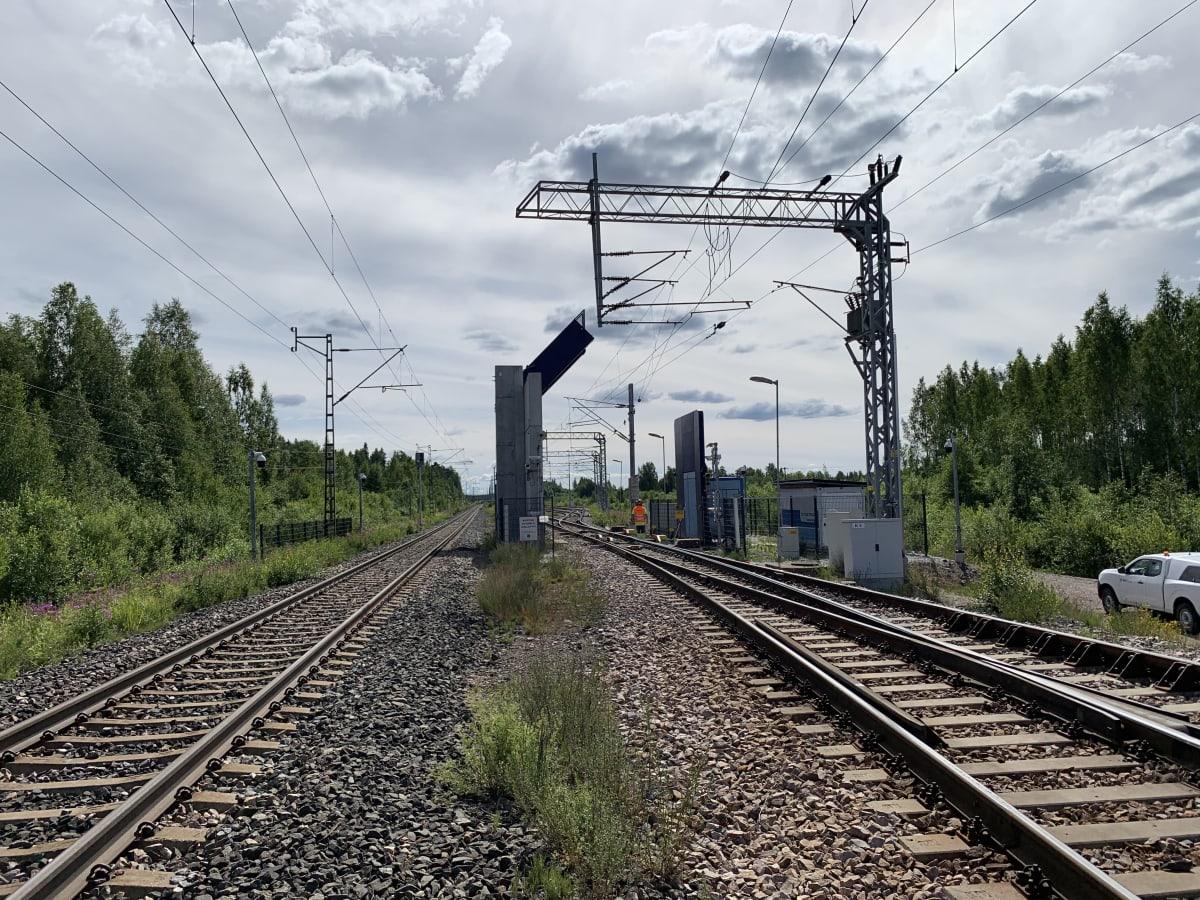 Vainikkalan rajanylituspaikan läpivalaisulaite rautatien päällä.