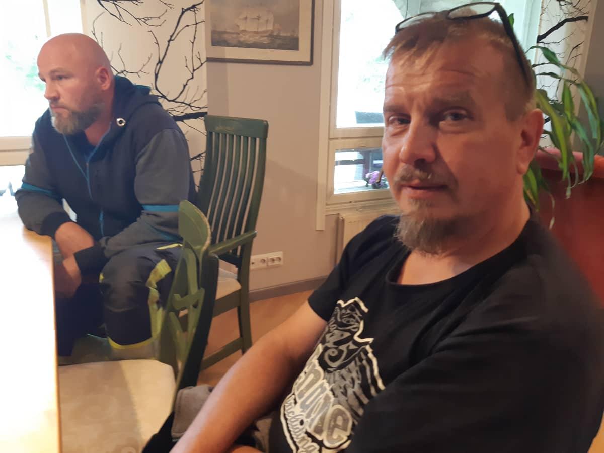 Kokoomuksen Jari Pihlasaho ja keskustan Arto Seppälä kahvipöydässä Kannonkoskella.