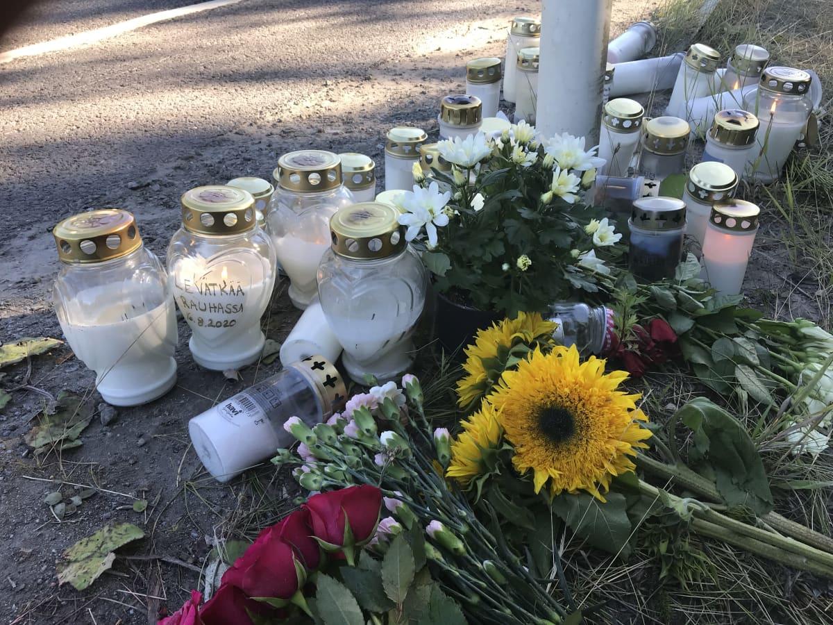 Kukkia ja kynttilöitä Porintien onnettomuuspaikalla