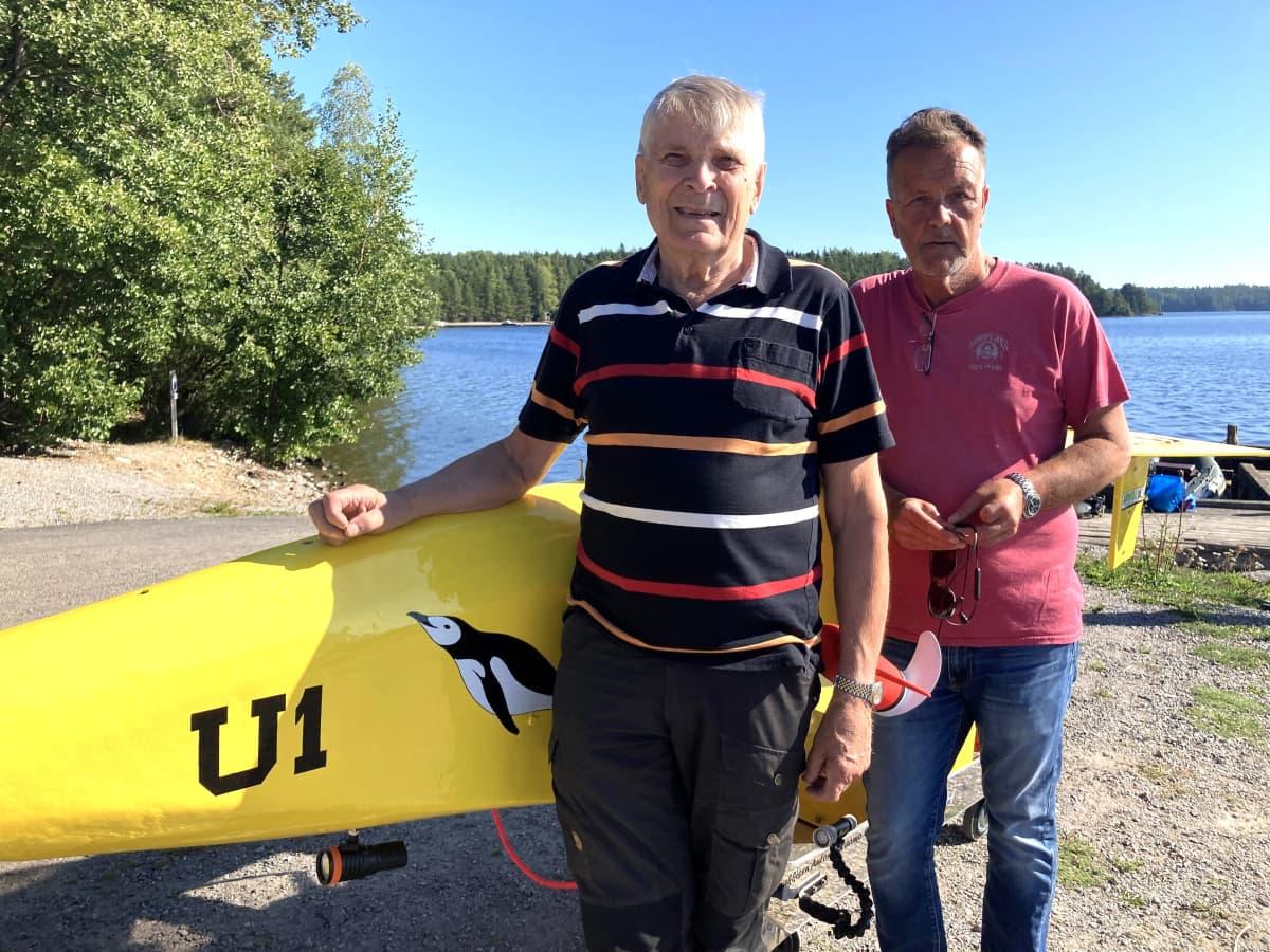 Sukellusseura Lahden Pingviinien pitkäaikainen jäsen Jorma Lindqvist ja puheenjohtaja Sakari Nieminen Pingvin U-1 -sukellusveneen vierellä Asikkalassa.