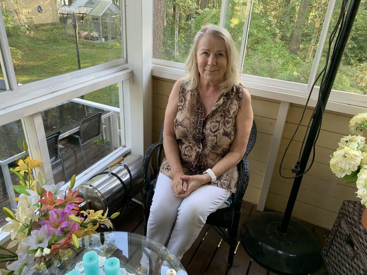 Työpsykologi Annukka Merikallio istuu terassilla