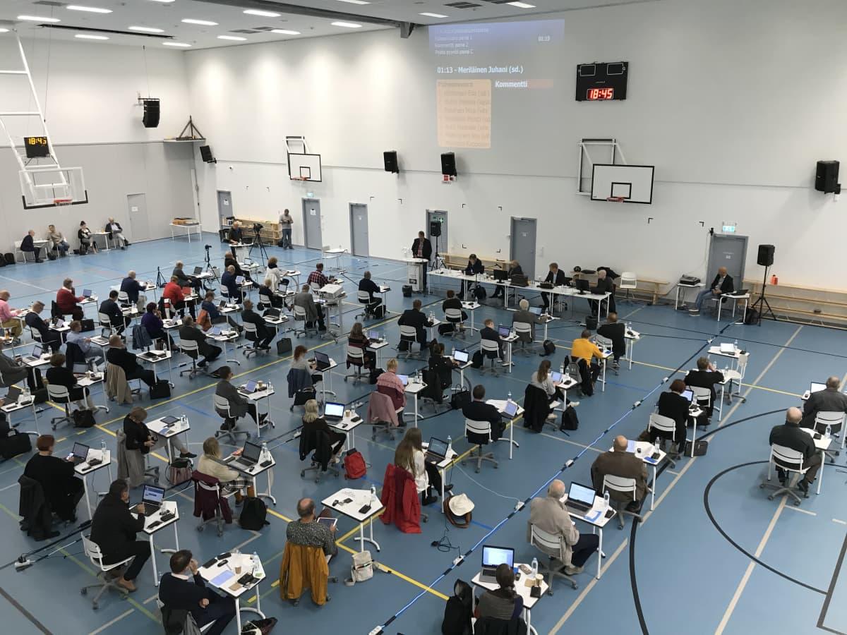 Joensuun kaupunginvaltuusto istuu Nepenmäen koululla elokuussa 2020.