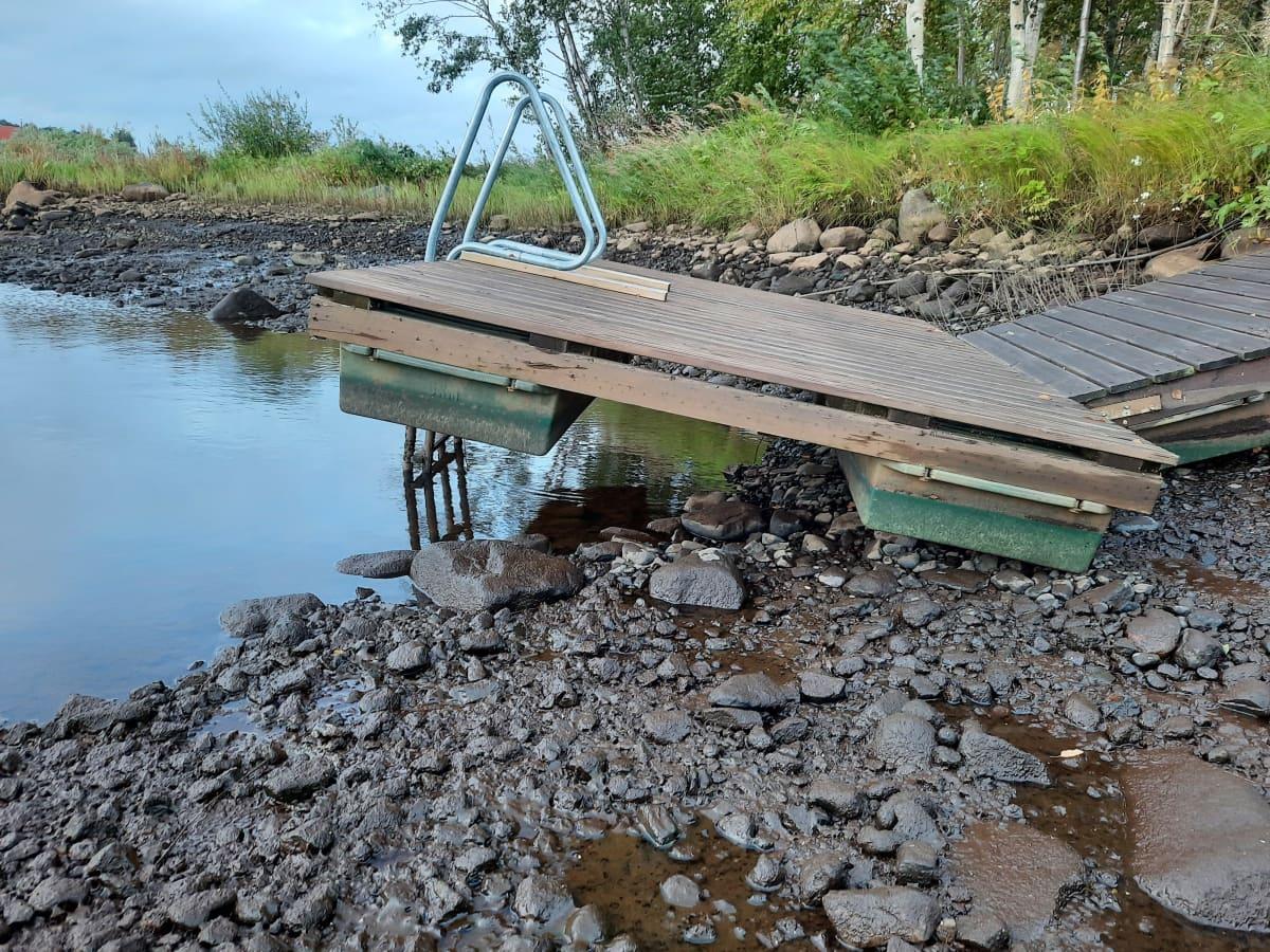 Laituri on jäänyt kuivalle maalle, kun vesi laskenut rajusti.