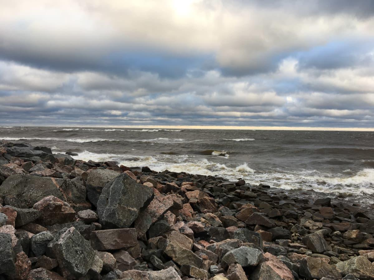 Myrskyävää merta. Kuva Perämeren rannalta Pyhäjoen Elävisluodosta 17. syyskuuta kello 8.10