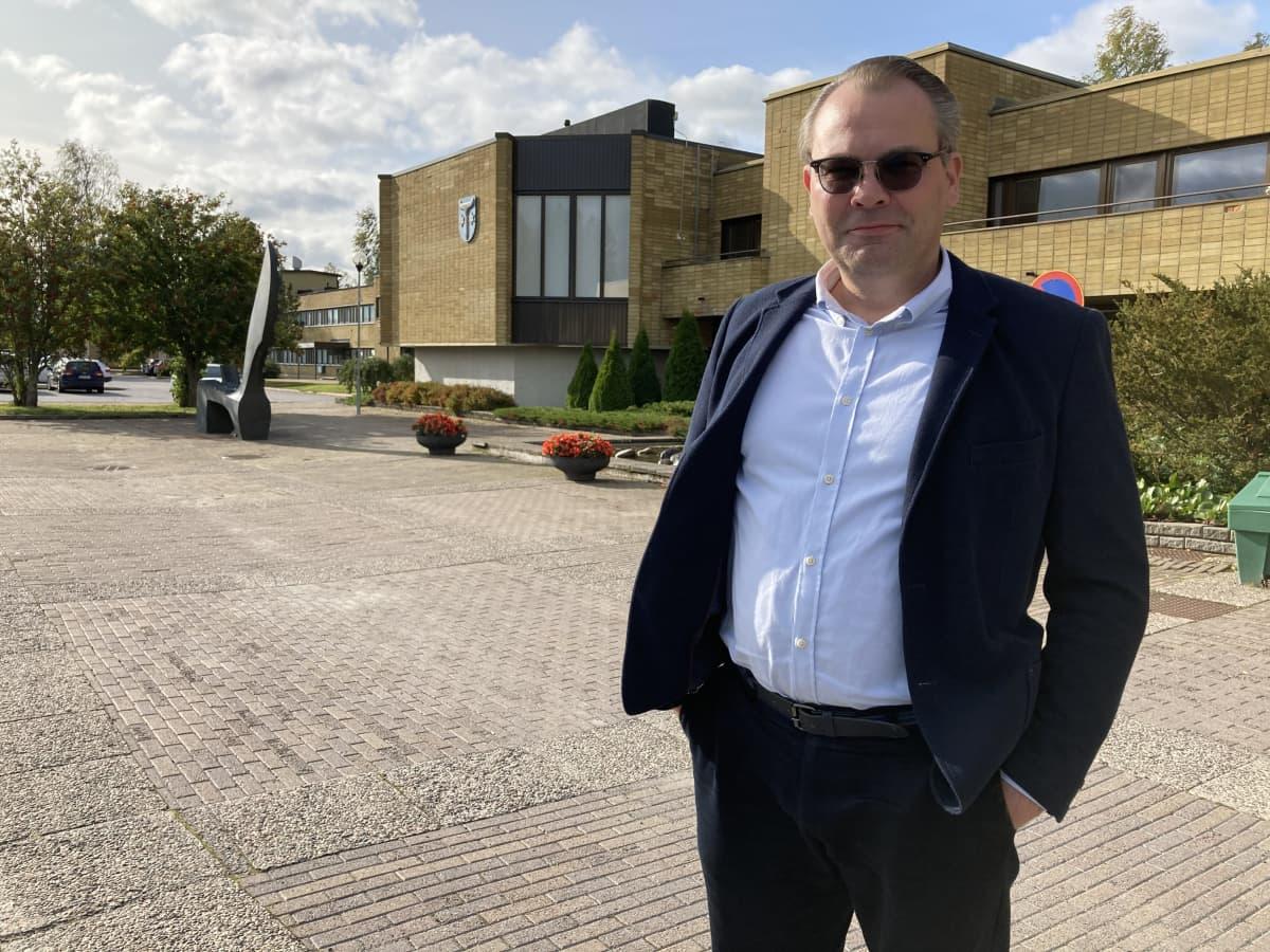 Jussi Niinistö Kannuksen kaupungintalon edessä.