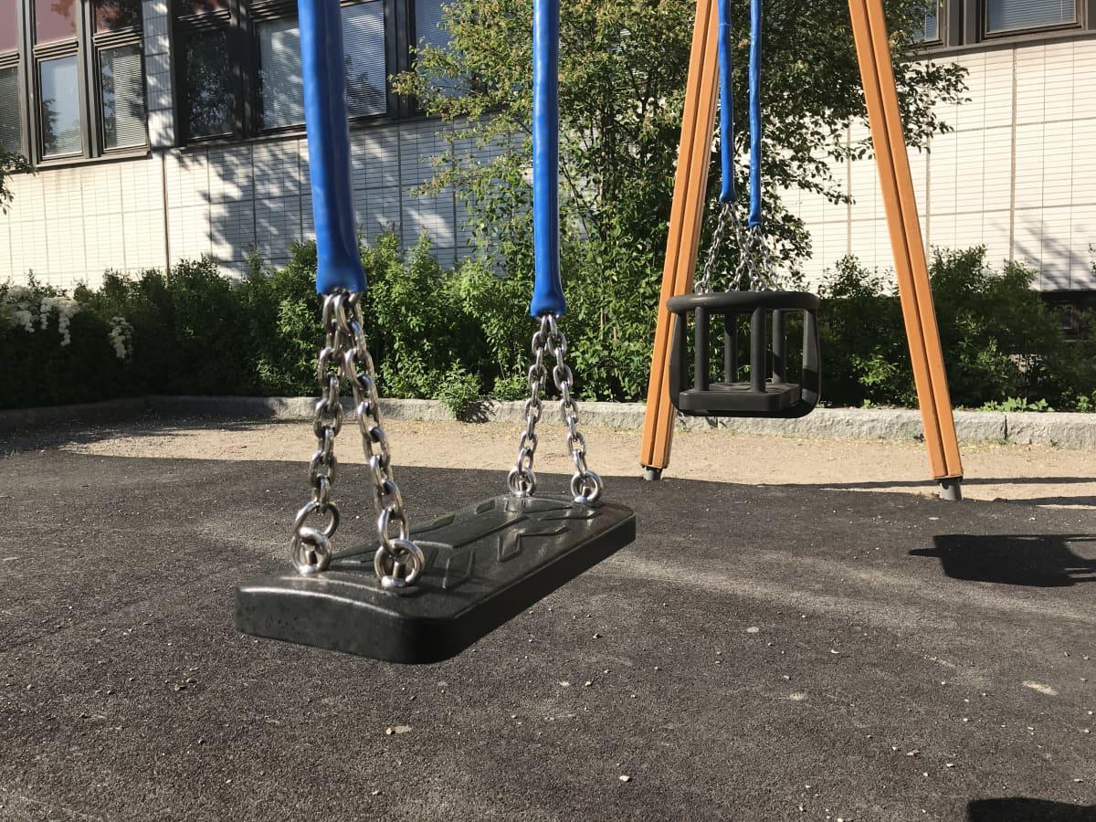 Keinuja lasten leikkipuistossa.