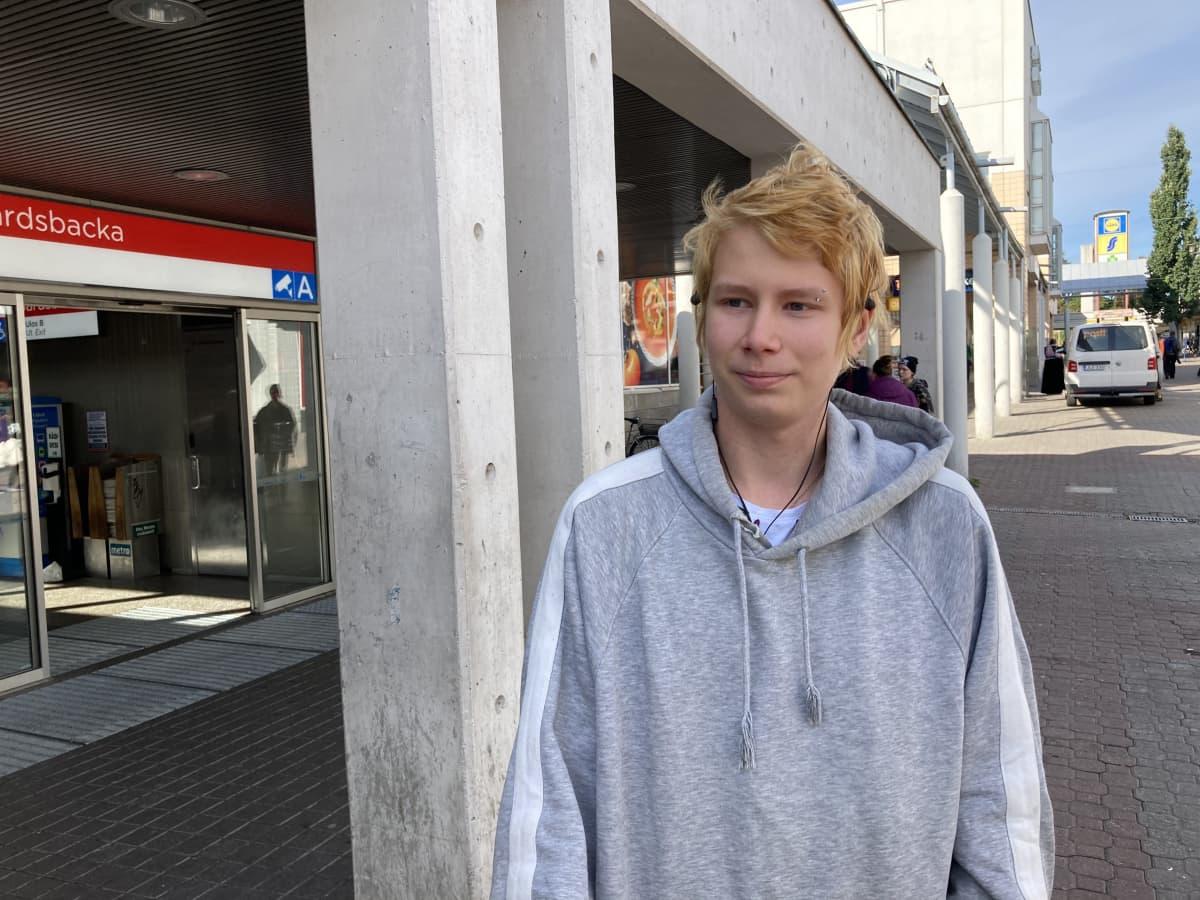 Toni Nurminen Kontulan metroaseman edustalla.