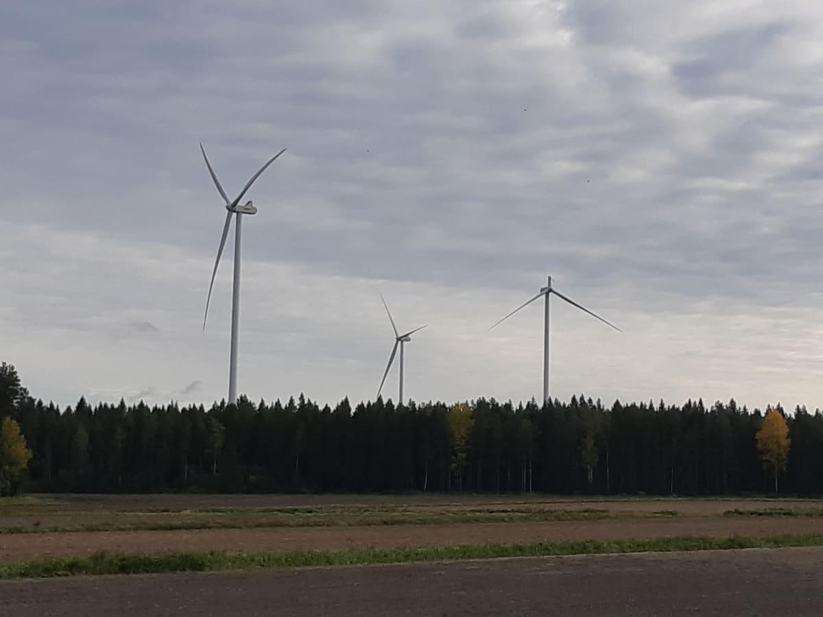 Kristiinankaupungin tuulivoimalassa on myllyn siipiä katkeillut.